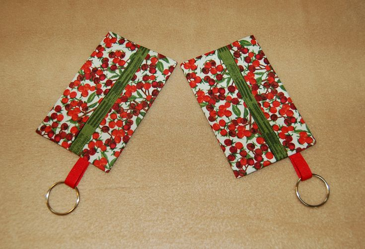 Holly berry tissue cover with green trim and keyring; set of 2; 1.2.18
