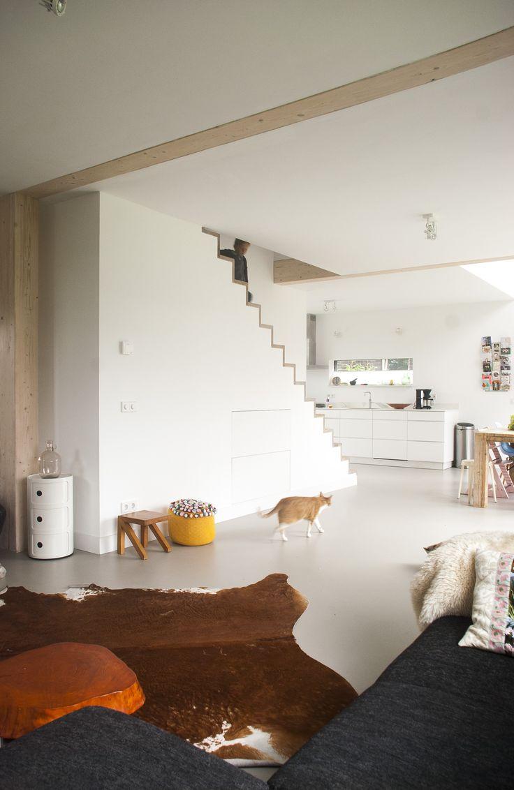 Eikenhouten moderne trap, stoere houtconstructie in het zicht, schuurwoning Westerbreedte architecten