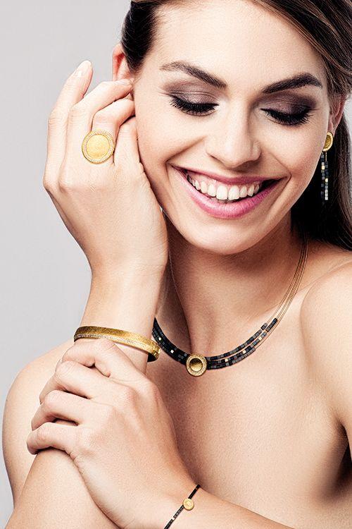 Das Collier Conella in goldplatiert mit matt schimmernden Hämatinwürfeln aus der Designlinie Concave #BERNDWOLF #Hämatin #Concave #goldplatiert #funkeln #SpielausLichtundSchatten #Schmuck #jewelry