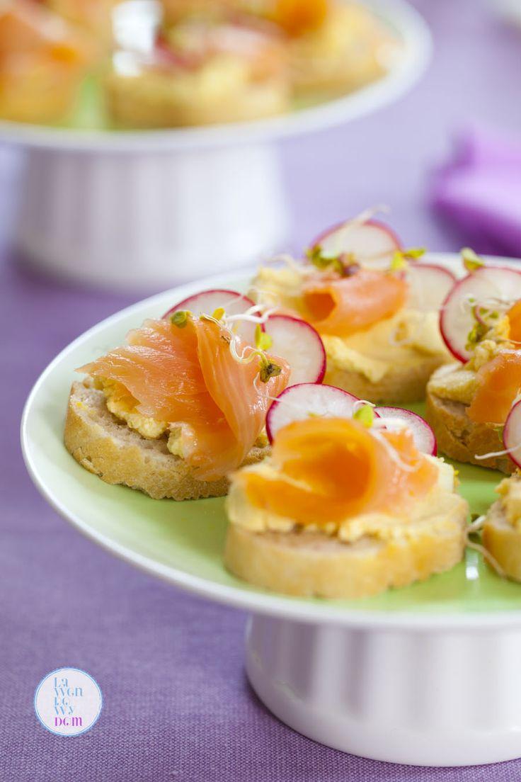 Wiosenne kanapki z pastą jajeczną i łososiem  3 jajka ugotowane na twardo  1 łyżka śmietany  1 łyżeczka chrzanu  1 łyżeczka musztardy  1/2 łyżeczki przyprawy curry  sól  dodatkowo:  bułka typu bagietka  łosoś wędzony  rzodkiewki  kiełki rzodkiewk