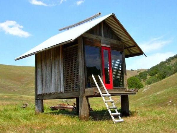 Refugio con espacio para descansar y meditar, realizado íntegramente con materiales recuperados. Diseño inspirado en los templos sintoístas japoneses. Cabaña en venta.