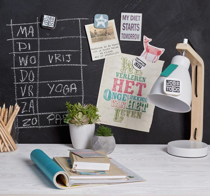Met behulp van magneet- en schoolbordverf verander je een muur makkelijk en snel in een handige organiser. Zo vergeet je nooit meer iets! :-) #kwantum #thuiswerken #werkplek #schoolbordverf #magneetverf #organiseren