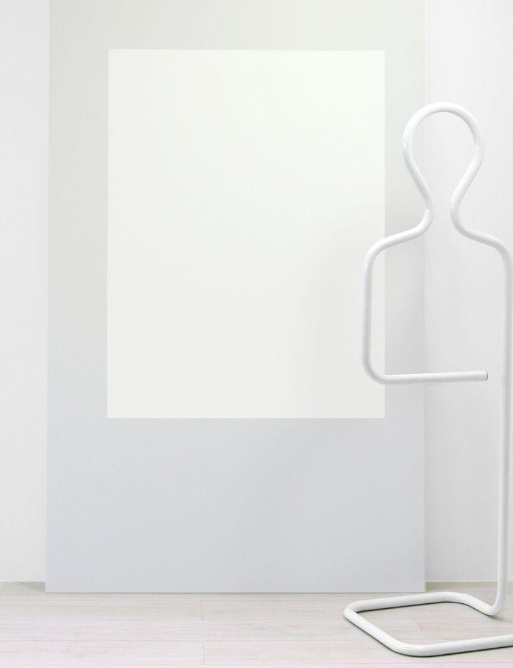 DIY: come creare luminosità in una parete un po' buia? Definiamo un rettangolo e utilizziamo due bianchi diversi, basta questo per evocare una finestra di luce! Scopri altri abbinamenti suggeriti...