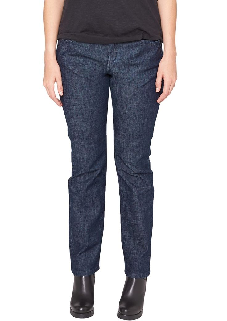 """Jeans Dezente, dunkle Bluejeans ohne Wascheffekte. Klassische 5-Pocket-Form mit Reißverschluss. Figurbetonte Passform """"Kurvig"""" mit leicht vertieftem Bund und schmalem Bein für eine ausgeprägte Hüfte, einen runden Po und stärkere Oberschenkel. Leichte Denim-Qualität mit geringem Stretchanteil. Diese Jeans kommt ganz ohne Effekte daher und eignet sich auch für elegantere Styles..  Materialzusamme..."""