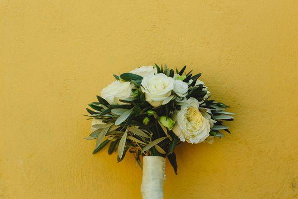 νυφικο-μπουκετο-τριανταφυλλα-κλαδια-ελιας