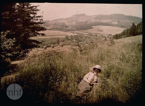 Maria Rzącowa, portret w plenerze. Fotograf Tadeusz Rząca. Polska - Beskid Makowski. 1915-1920. Utwór w domenie publicznej