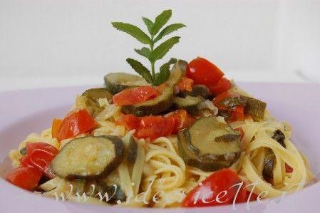 Particolare Tagliatelle pomodorini e zucchine piatto lilla.JPG