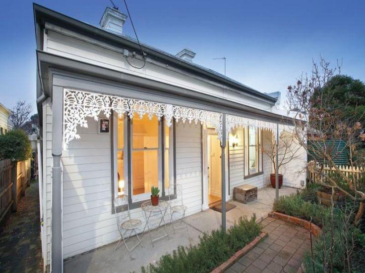 Weatherboard victorian house exterior with sash windows & landscaped garden - House Facade photo 525377