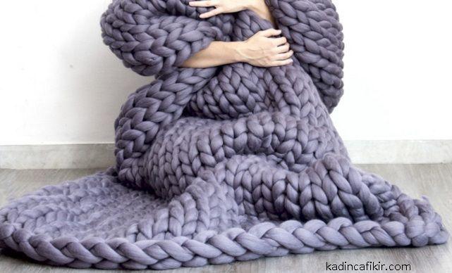 Kışın en favori ev tekstil ürünü olan battaniyeleri dakikalar içinde kollarınızla örebileceğinizi biliyor muydunuz? Kolla Örülmüş Örgü Battaniye Modelleri ve Resimli Anlatım Yapılışı adlı yazımız ile size bunu ayrıntıları ile açıklayacağız ve siz de evde kendinize yumuşacık ve sıcacık örgü battaniye örebileceksiniz. Bunun için ihtiyacınız olan sadece sevdiğiniz bir renkte kalın yün ip ve kollarınız. Daha sonra düz örgü şeklinde kollarınızı örgü şişi gibi kullanarak battaniyenizi…