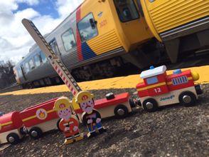 Drevený magnetický vláčik s motívom hasičov od Janod  je hračka v žiarivých farbách , vhodná pre chlapcov od 3 rokov. Drevený vlak s 2 figúrkami hasičov - záchranárov patrí do série hračiek Story Set.