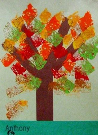 arbre d'automne avec feuilles à l'éponge (on peut faire le tronc en traçant le contour de la main de l'enfant)