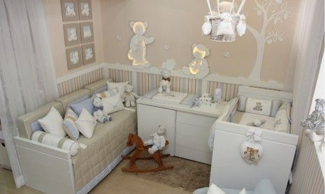 Quarto de bebê tema ursos para meninos com uma poltrona de amamentação azul suave que é uma graça. O painel de ursos em alto revelo se destacou.