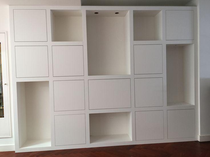 Wandkast op maat met vakken. Met verlichting en veel opbergruimte. Www.melkainterieurbouw.nl