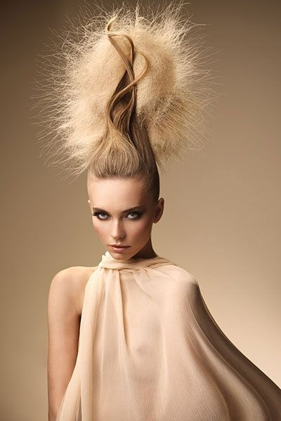 Look extravagante. #Bopeluqueria #hair #hairstyle #peinados #moda #tendencias #peluqeria #Barcelona #peinadosextravagantes #extravagancia