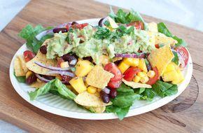 Mexicaanse nachosalade met mango; een fris pittige salade met een lichte crunch. Lekker bij de barbecue, lunch of als maaltijdsalade.