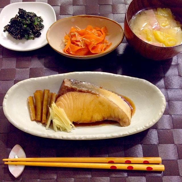 和食の野永喜三夫さんのレシピ♡照り焼きしかしたことなかった私にはとても衝撃的。薄味なのに臭みがなくやわらかくて美味しいです! - 21件のもぐもぐ - ぶりの煮付け・ほうれん草胡麻和え・にんじんとじゃこのサラダ・お味噌汁(キャベツ×ベーコン) by accachan096Y1
