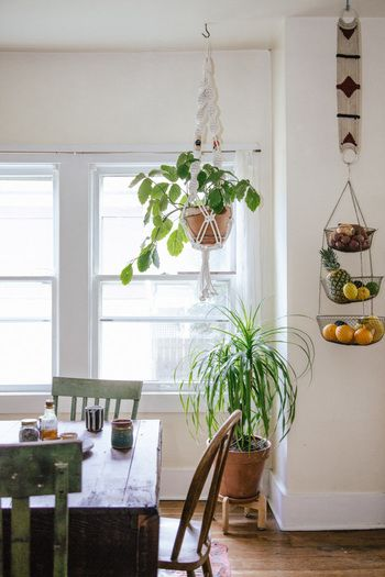 味のあるテーブル&チェア。ハンギングプランターやバスケットの吊るされた小物が心地良いダイニングルーム。