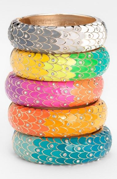 Pretty! Love the sparkly crystals on these feather patterned hinged bangle bracelet.