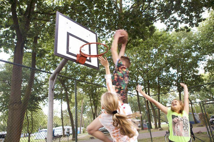 Het basketbalveld is erg in trek bij de jongeren.