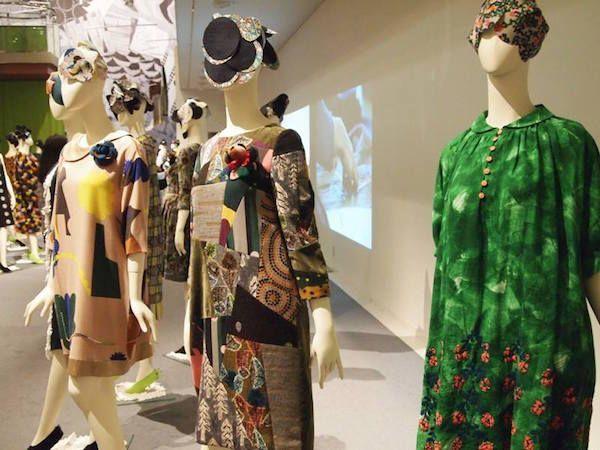 「ミナ ペルホネン」は6月7日まで、ブランド20周年を記念した展覧会「ミナカケル」を表参道スパイラルガーデンで開催中だ。   会場では、年代をミックスしてコーディネートした、アーカイブのアイテムを展示。らせん階段で囲まれた奥の広場では、ブ...