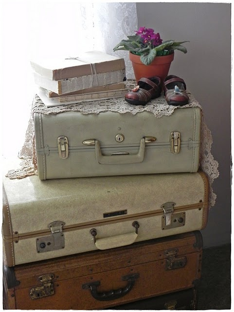 vintage suitcases as nightstand: Vintage Suitcases, Decor Ideas, Love Old Suitcases, Shabby Chic Color, Color Suitcases, Suitca Repurpo, Suitca Vintage Repurpo, Shabby Suitcases, Repurpo Suitca