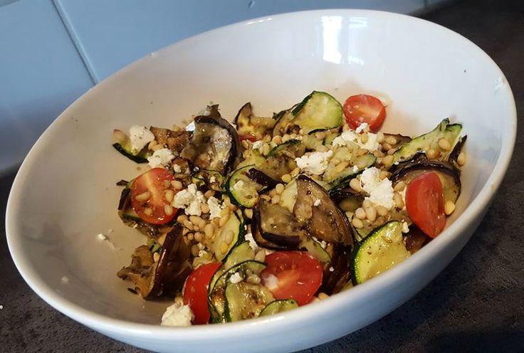 Heerlijke salade van gegrilde courgette en aubergine. Snel en lekker! Deze salade bevat ook geitenkaas, cherrytomaatjes, pijnboompitten, zeezout en olijfolie. Heerlijk!