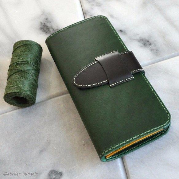 春ハンドメイド2017【商品内容】コインケース部分がボタンタイプのシンプルな長財布です。コインケースと札入れの間にポケットが付いています。札入れにはマチが設けており、取り出し易くなっています。カードは6枚から収納が可能です。縫製は「手縫い」と「ミシン縫い」を用途で使い分けていますので、丈夫で修理が可能な作りとなっています。牛革:ブッテーロ(張りのある硬めの革です。)革色:グリーン、ブラック、イエロー糸色�%9