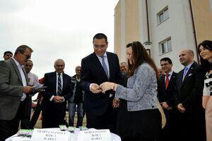 Premierul Victor Ponta a vizitat astăzi  la Târgu-Jiu noile locuinţe ANL predate tinerilor în cartierul Narciselor şi a declarat că prin vânzarea imobilelor mai vechi se vor construi unităţi locative noi.  Un număr de 160 de locuinţe au fost predate luni celor care au reuşit să obţină un apartament sau o garsonieră ANL.  Primul ministru s-a declarat mulţumit de aspectul imobilelor, punctând că acestea sunt mai moderne decât cele realizate în anii anteriori.
