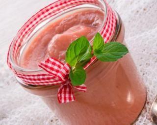 Compote de rhubarbe et fraise au romarin : http://www.fourchette-et-bikini.fr/recettes/recettes-minceur/compote-de-rhubarbe-et-fraise-au-romarin.html