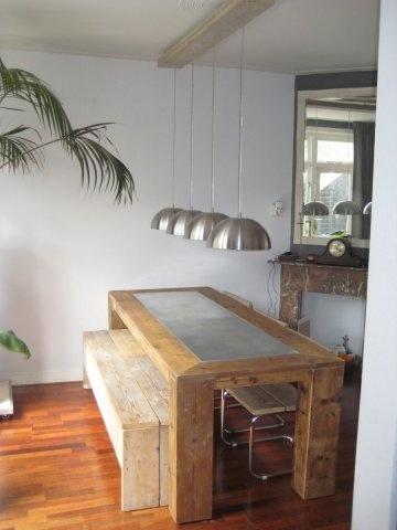 Robuste tafel van steigerhout met inleg van zink, Type Avondale    De afmetingen van de tafel is L255 / B100 / H78 met inleg van zink komt op €450.