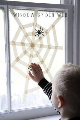 マスキングテープで貼って作るクモの巣。 おもちゃのクモがあるとさらにリアル!!