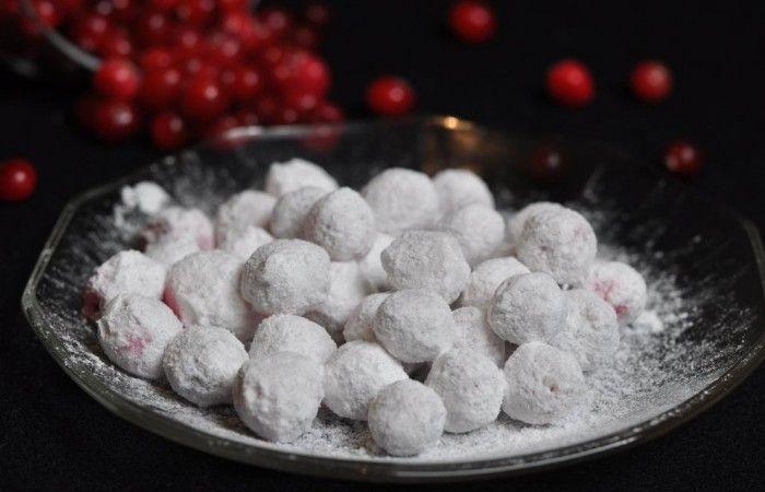 Клюква в сахарной пудре http://mirpovara.ru/recept/3292-klyukva-v-saharnoj-pudre.html  Клюква в сахарной пудре - потрясающее лакомство, над которым нужно значительно потрудиться, ведь зде...  Ингредиенты:  • Клюква - 100г. • Пудра сахарная - 200г. • Яичный белок - 1шт. • Сок лимонный - 2ст. л.  Смотреть пошаговый рецепт с фото, на странице:  http://mirpovara.ru/recept/3292-klyukva-v-saharnoj-pudre.html