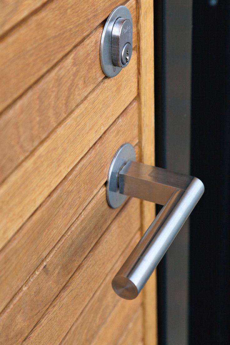 Aros in light oak. The door handle is stainless steel, and it is designed by Friis & Moltke Architects. #vahledoor #oak #door #aros #friismoltke #stainlesssteel #doorhandle