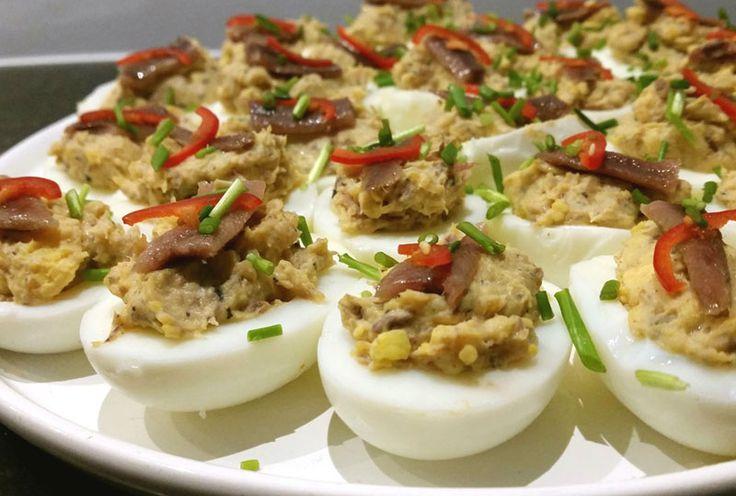 Een heerlijke combi die de ouderwetse gevulde eieren net even bijzonder maakt. Met sardientjes en ansjovis.