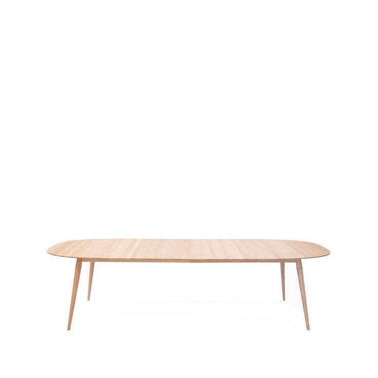 Play matbord ovalt inklusive 2 st ilägg med sarg i massiv vitloljad ek. Play matbord från Bruunmunch är inspirerat av retro trenden från 50-talet. Alla Bruunmunch produkter är utrustade med en unik numrerad rostfri bricka. Det unika numret ger dig en garanti för produktens äkthet.
