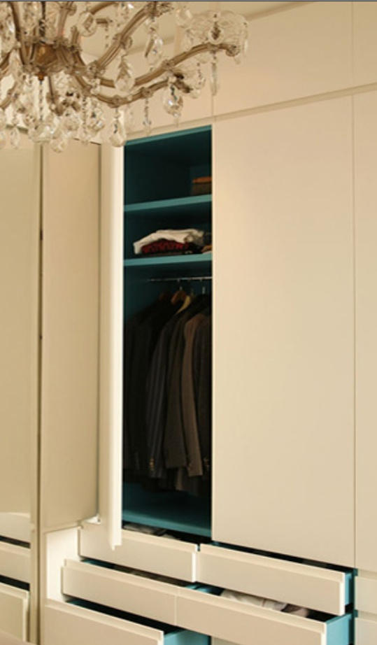 i like the two colors, inside-outside for the closet. Agence Double G