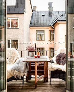 Des plaids cosy pour les fauteuils du balcon