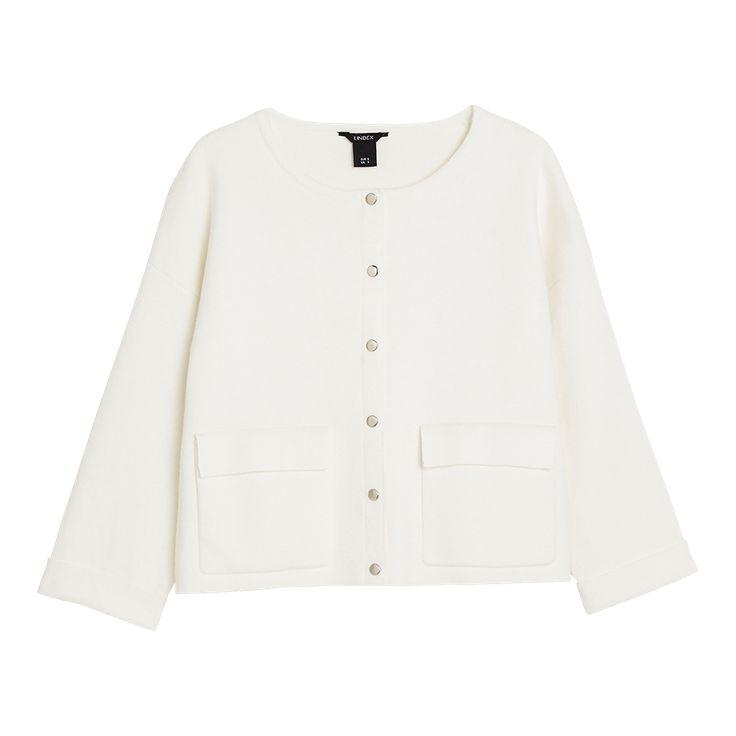 Denna eleganta cardigan i ullmix-kvalitet ger dig en stilfull look i vår. Framhäv den korta silhuetten och matcha med jeans eller kjol med hög midja.