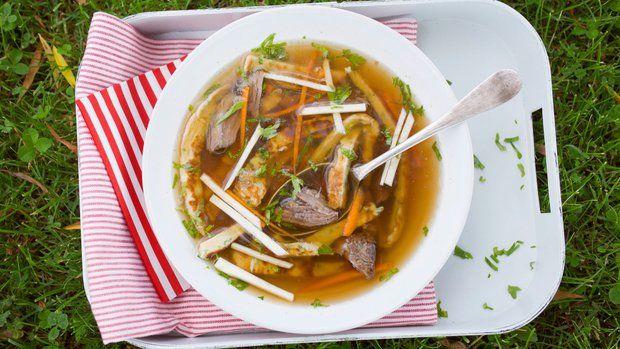 Silná hovězí polévka s celestýnskými nudlemi a restovanou zeleninou  Foto: