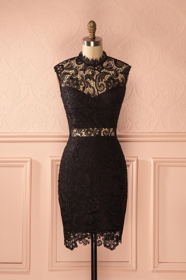 Les perles que sa grand-mère lui avait offertes ajoutaient une touche romantique à sa tenue. The pearls that her grandmother offered her added a romantic touch to her outfit. Fitted black lace dress www.1861.ca