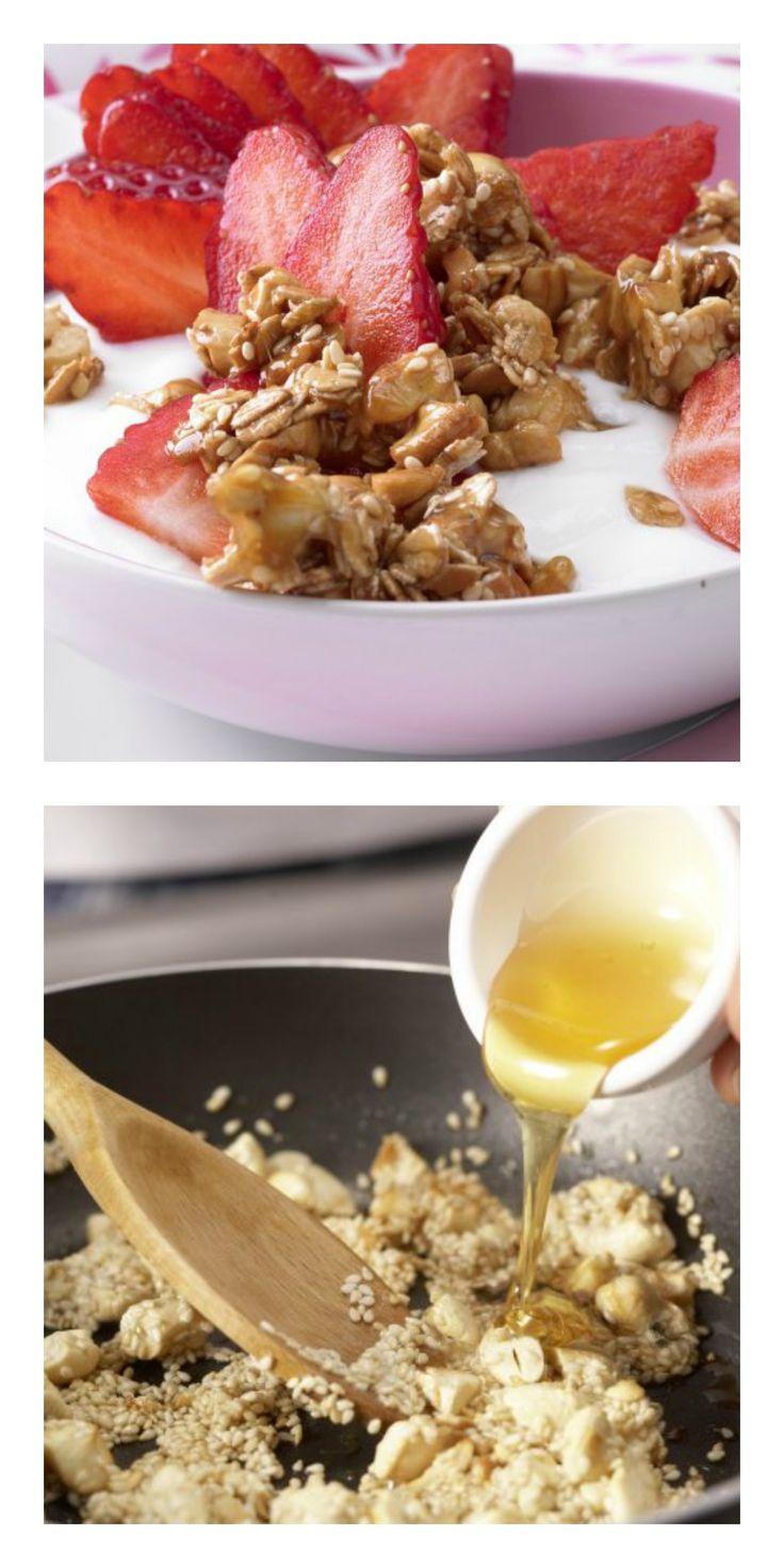 Cashewkerne und Sesam in zerlassener Butter anbraten. Honig drüber träufeln und erhitzen. Dinkelflocken unterrühren und die Masse abkühlen lassen: Cashew-Dinkel-Crunchy mit Joghurt und Erdbeeren | http://eatsmarter.de/rezepte/cashew-dinkel-crunchy
