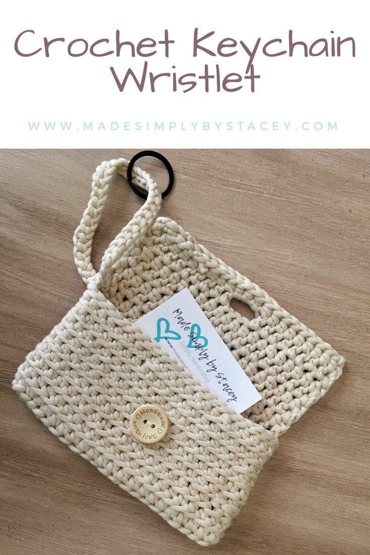 Este brazalete de ganchillo con llavero es útil para llevar pequeñas necesidades como ...