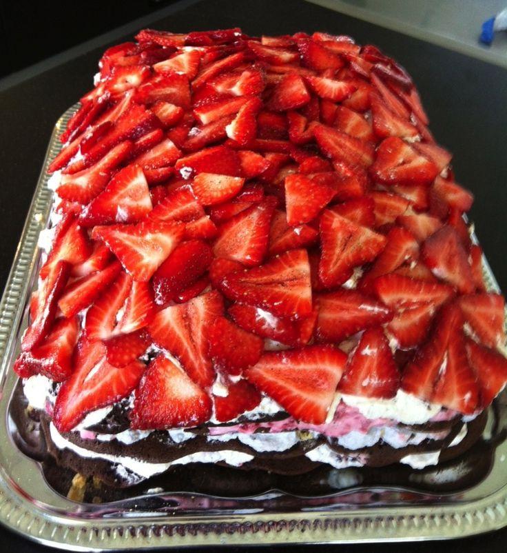 verdens bedste lagkage med jordbær-toppings