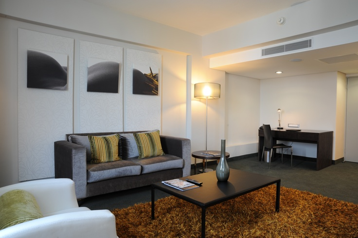 Hotel - Crowne Plaza Johannesburg - The Rosebank - Accommodation - The King Suite is really fit for a king. The lounge area is the perfect setting for a business meeting and also a place for relaxtion.