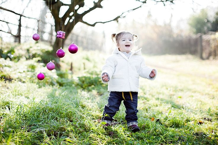 Sessione natalizia bambina all'aperto con palline di Natale | Outdoor Christmas baby session with a little girl and hanging Christmas decorations and balls