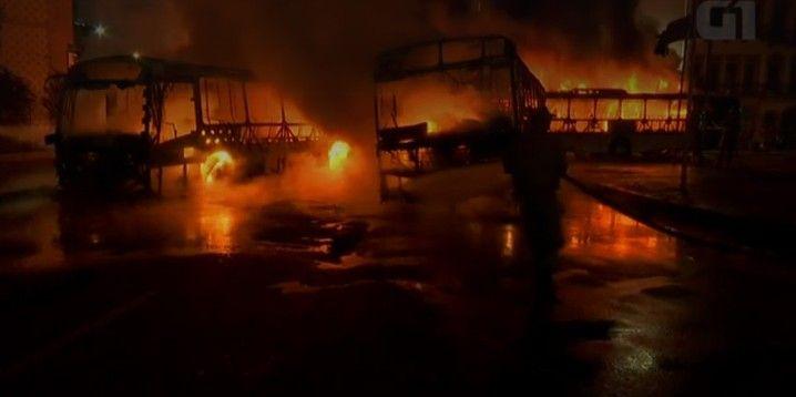 Ônibus foram incendiados no Passeio Público, Centro do Rio
