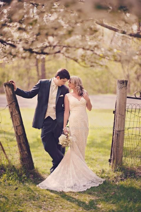 couples pose | fence ... This is gorgeous