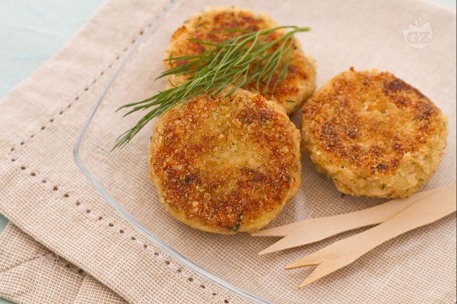 Le crocchette di salmone e patate sono dei gustosissimi bocconcini di pesce facili e veloci da preparare per cucinare il salmone in modo originale e sfizioso!