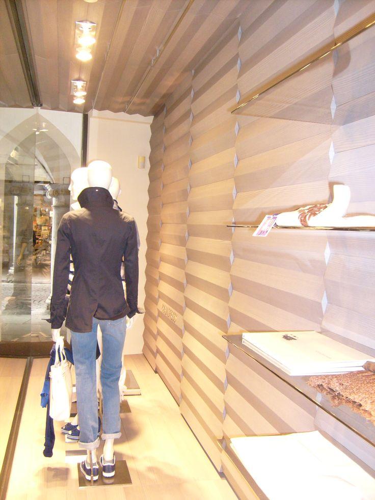 Arredamento negozio abbigliamento Majadress Belluno, particolare della vetrina
