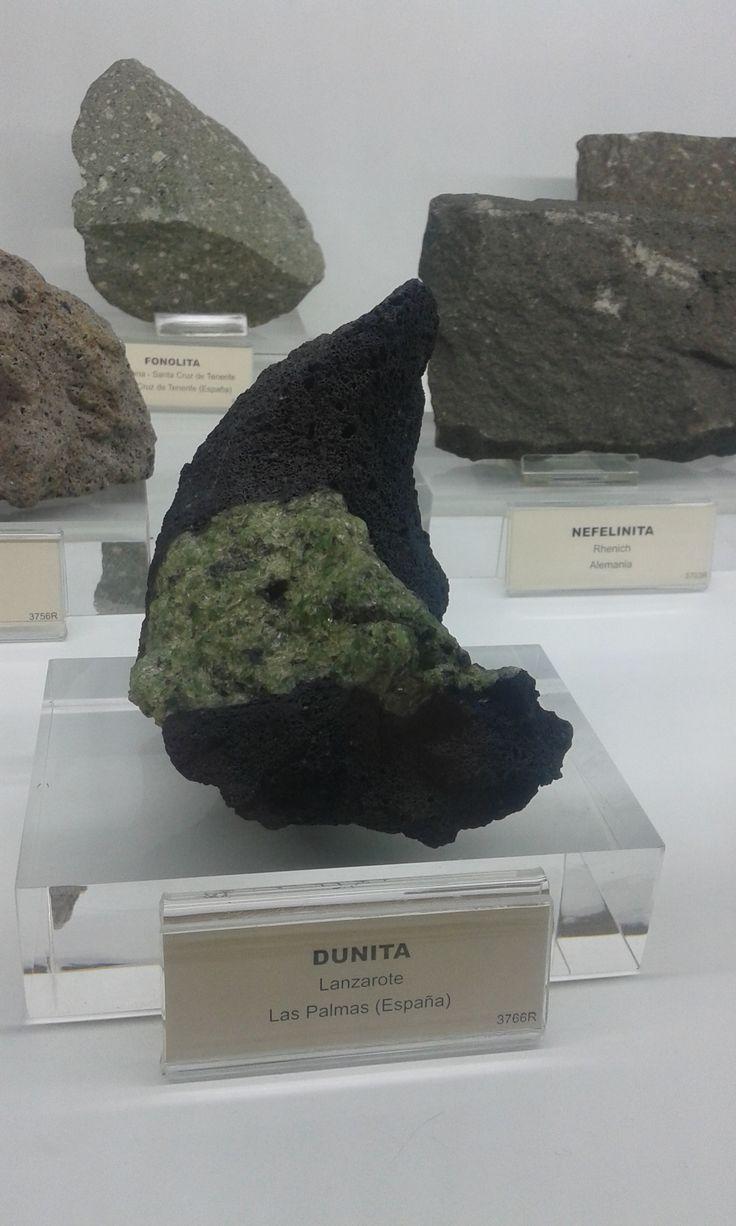 La dunita es una peridotita (roca plutónica ultramáfica) que, como mineral esencial, está constituida por olivino en un 90%, pudiendo además estar compuesta por otros minerales accesorios, que son anfíbol, brucita, clorita, cromita y flogopita.